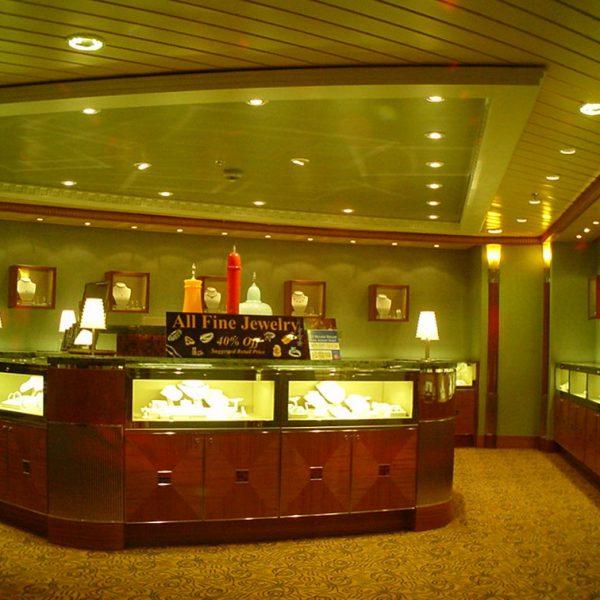 Enchantment of the Seas risteilijän korumyymälä. Asennus- ja viimeistelytyöni jälkeä loistoristeilijässä.