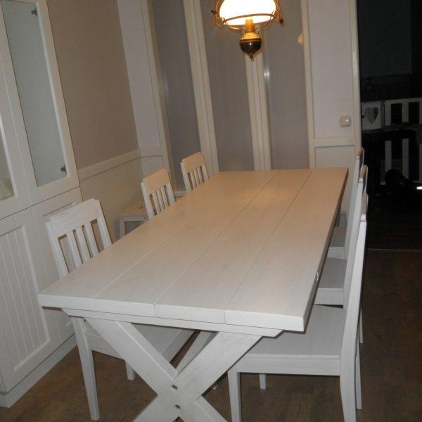 Asiakkaalle valmistamani järeä ruokapöytä. Antiikkimaalaus. Maalasin samalla asiakkaan tuolit pöytää vastaaviksi. Tämä pintakäsittelytekniikkani mahdollistaa myös hyvän puhdistettavuuden.