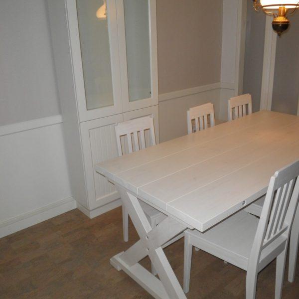 Asiakkaalle muotoilemani ja valmistamani pöytä ja vitriinikaappi.