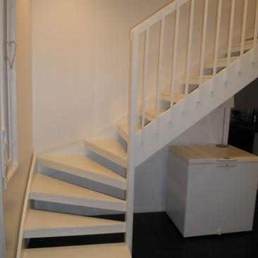 Valkoiset portaat ja lapsiportti