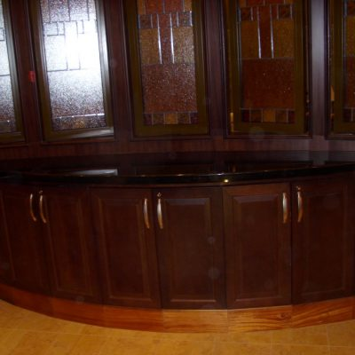 Ravintolan kaapisto Ravintola Chops Grille. Laivat: Oasis of the Seas 2009 ja Allure of the Seas 2010. Tumma mahonki ja musta kivi.