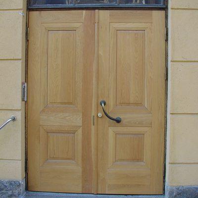 90 vuotiaat tammiovet tulivat tiensä päähän.  Tein uudet ovet vanhan mallin mukaan ja kunnostin Karmit ja yläikkunat.