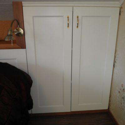 Yhdistin sängynpäädyn ja kaapiston. Ovi: Oma malli. Sängynpäädyn päällä puinen hylly kirjoille ym. tarpeelliselle. Säädettävät valot ja pistorasiat hyllyn molemmissa reunoissa.