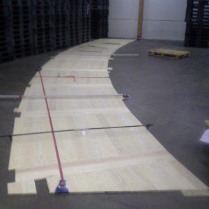 Lattiaelementti koekasauksessa Turussa ennen telakalle lähettämistä. Laudat on asetettu tiukasti puristimilla yhteen mittatarkistusta varten.