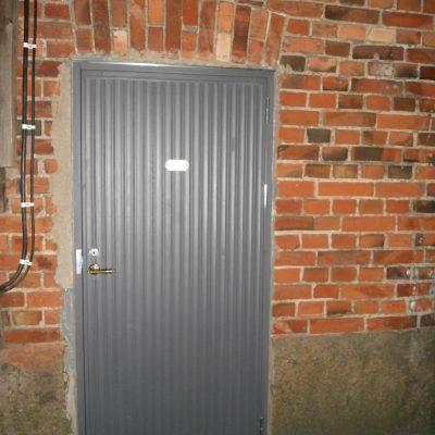 Vanhan saunatakennuksen uusi ulko-ovi vanhan mallin mukaan. Turku.