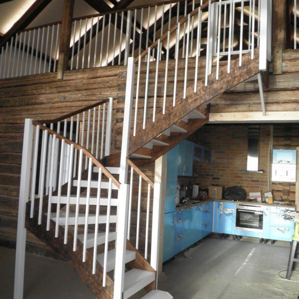 """Haaste: Suunnitella ja toteuttaa portaat kulkuväylän ja vasemmalla olevan oleskelutilan väliin """"liian pieneen tilaan"""". Tulos: 4-vartiset, 2-väriset portaat joissa reisipuut on pelkattu. Yläparven kaide ja lapsiportti."""