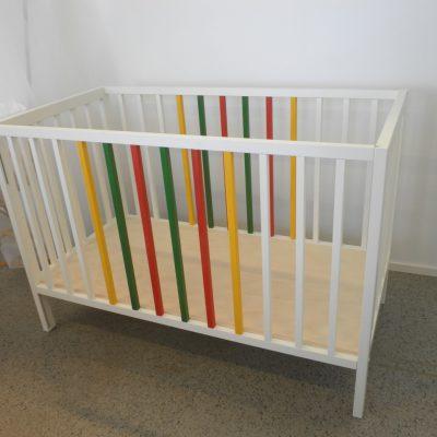 Etulaita alaslaskettava, pohjan korkeus säädettävä.  Irroittamalla etulaita syntyy kiva lastenhuoneen lukusohva.