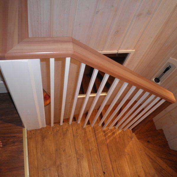 Nämä portaat kunnostin hiomalla ja vahaamalla lämpimänsävyiseksi. Tein uuden kaiteen päärynäpuusta valkein pinnoin. Kevyt vaikutelma.