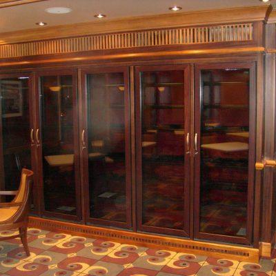 Viinikaapisto Ravintola Chops Grille. Laivat: Oasis of the Seas 2009, Allure of the Seas 2010. Tumma ja vaalea mahonki.