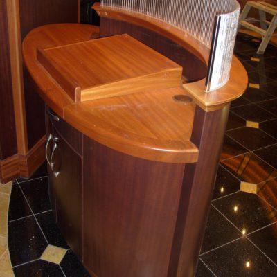 Hovimestarin tiski Ravintola Chops Grille. Laivat: Oasis of the Seas 2009 ja Allure of the Seas 2010. Tumma ja vaalea mahonki, puikkolasi.