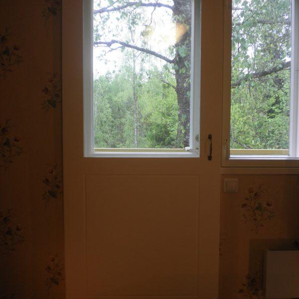 Kevyt lämpöeristetty liukuovi talvikäyttöön. Poistaa tehokkaasti parvekkeen oveta tulevan vedontunteen. Kesäajaksi ovi siirretään sivuun.