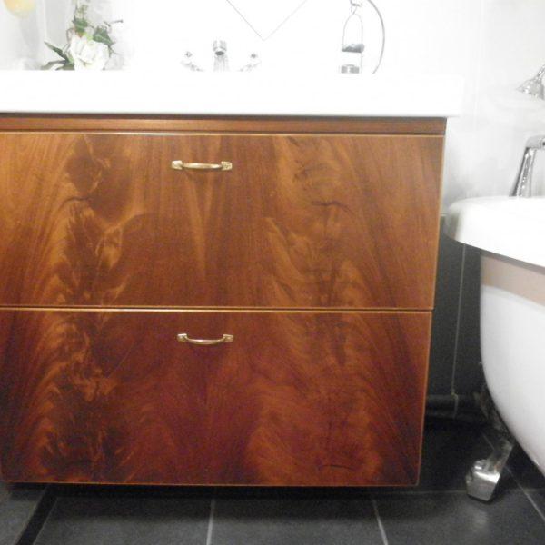 Kylpyhuoneenallaskaappi vetolaatikoin. Crotch mahonki.