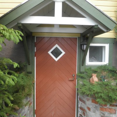 Saunaosaston ulko-ovi ja katos.