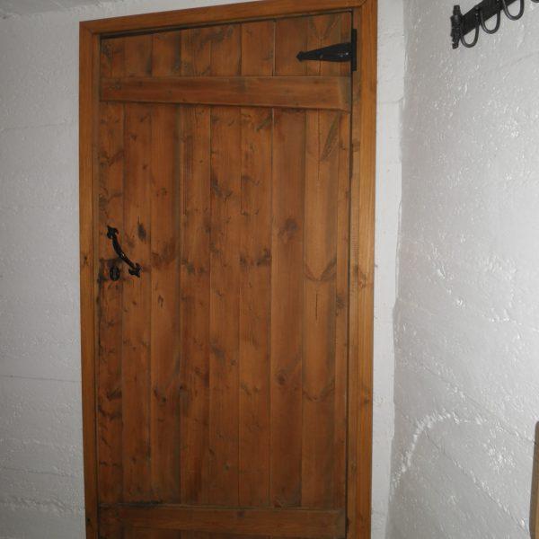 Tein kellarinoven vanhasta ponttilautaovesta. Värivaha ja vanhantyyliset helat luovat linnamaisen tunnelman.
