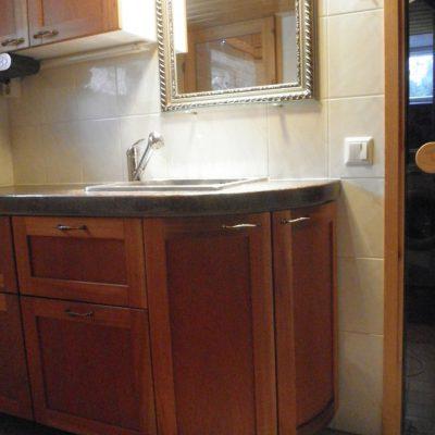 Saunaosaston kaapisto. ovet mahonki, 60mm paksu taso on betonia kivikuvioituna (ootrattu).
