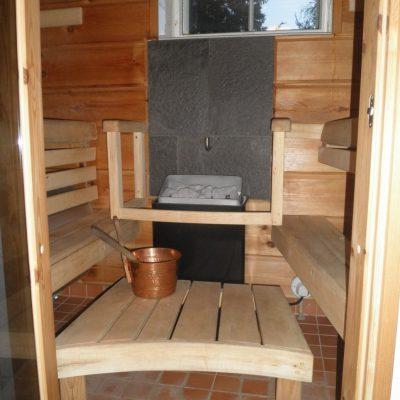 Hyvin pieneen kellaritilaan suunnittelemani ja rakentamani saunaosasto. 5,5m2 tilaan sovitin saunan ja pesuhuoneen.