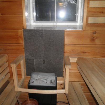 Vastakkainistuttavat lauteet antavat hyvät tilat neljälle. Kiukaan takana mustat isot laatat ja kiuasvalo luovat oikean saunatunnelman. Kiukaan päällä raitisilmaputki josta kuuma ilmavirta imee raitista ilmaa, kylmänä ilma ei virtaa.