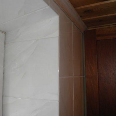 Pukuhuoneen syvät ikkunasmyygit tyylikkäästi laatoitettuna tekevät jykevän vaikutelman.